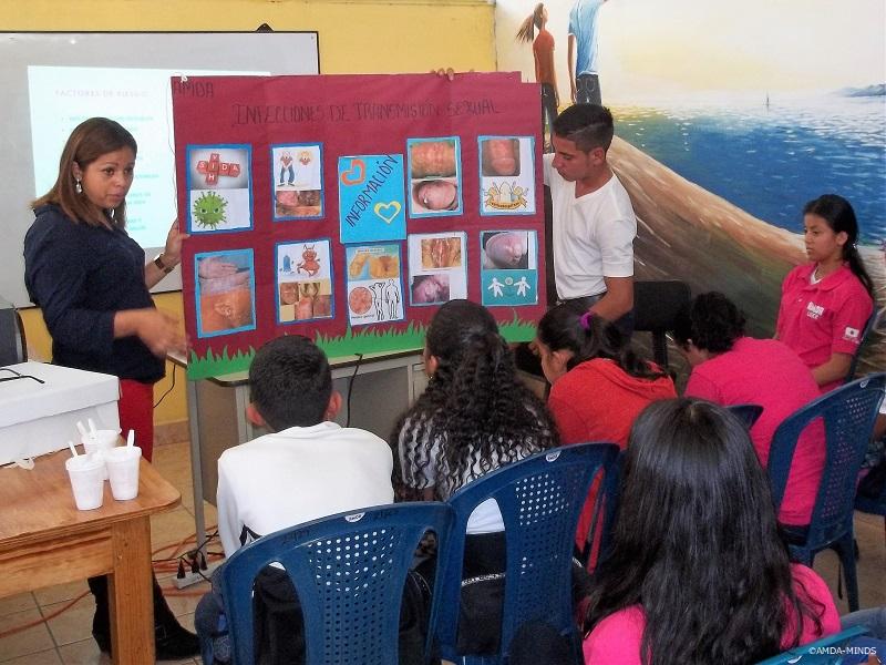 性感染症について学ぶピアリーダーたち。彼ら自身、同世代への教育役も担っている。