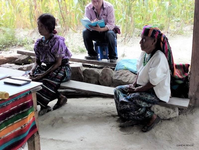 伝統的な衣装を着ている女性(右)と最近流行の衣装を着ている女性(左)