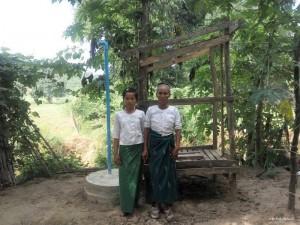 建設中のハエ防止型トイレの前で(Mg Myintさんの妻と孫娘)